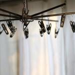 梅雨の部屋干しの臭い対策は扇風機と洗剤にあり!