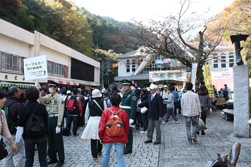 高尾山のケーブルカー駅前の混雑状況