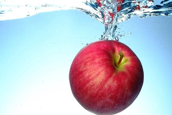 水に浮かぶ林檎の画像