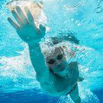 海で泳ぐ時に楽な泳ぎ方や危険な泳法は?