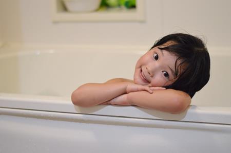 お風呂に入る子供